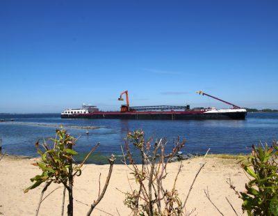 Zeezand getransporteerd en gelost met de 'No-Limit' bij strandje Veere